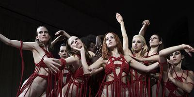 Suspiria : en quoi le remake de Luca Guadagnino se démarque-t-il du film de Dario Argento ?