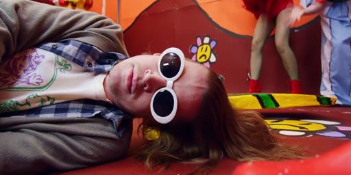 Macaulay Culkin se prend pour Kurt Cobain dans un clip
