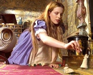 Trailer du film alice au pays des merveilles travers for Balthus alice dans le miroir