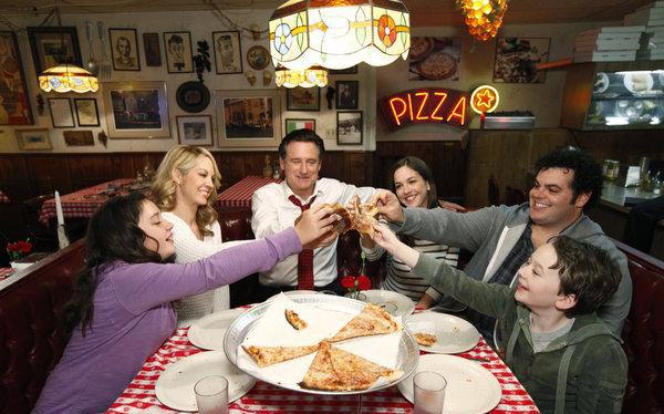 Photo Amara Miller, Benjamin Stockham, Bill Pullman, Jenna Elfman, Josh Gad