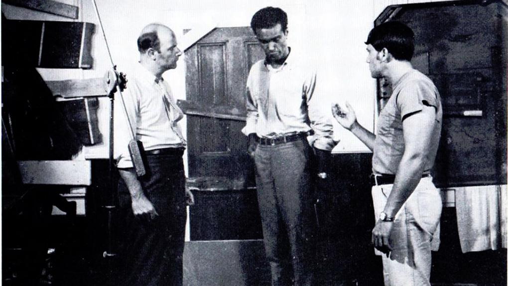 George A. Romero discute avec Duane Jones.