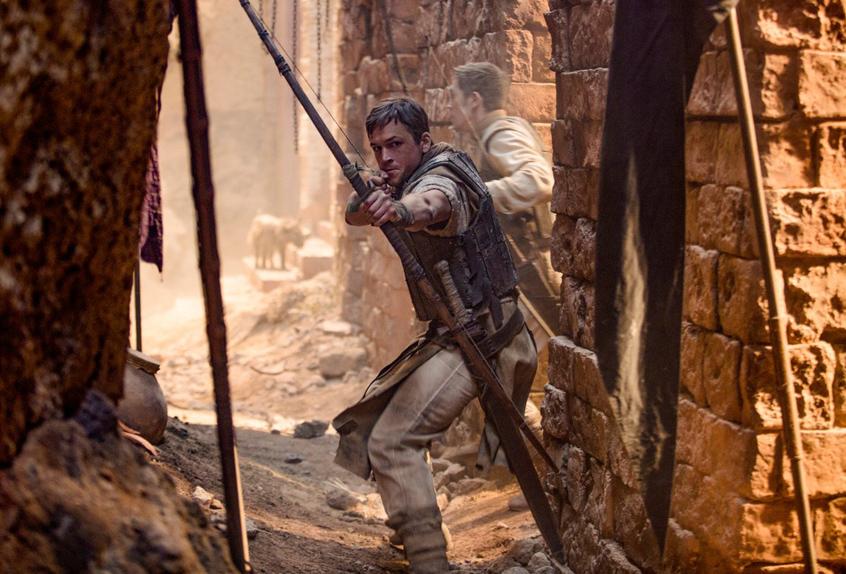Robin des Bois (Taron Egerton) décoche ses flèches