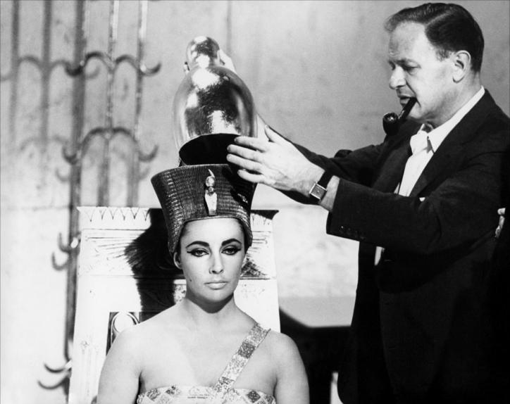 """Joseph L. Mankiewicz couronne Elizabeth Taylor sur le tournage de """"Cléopâtre"""""""