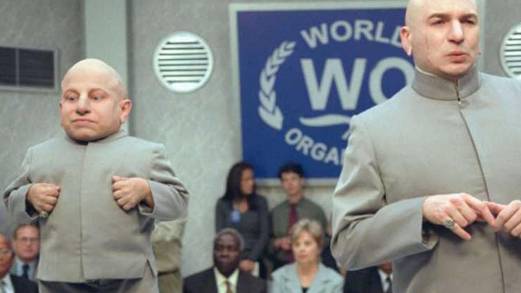 "Verne Troyer avec Mike Myers dans ""Austin Powers"""
