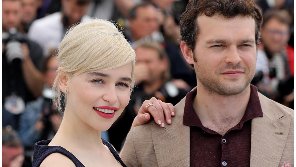 """Alden Ehrenreich et Emilia Clarke au photocall de """"Solo"""""""