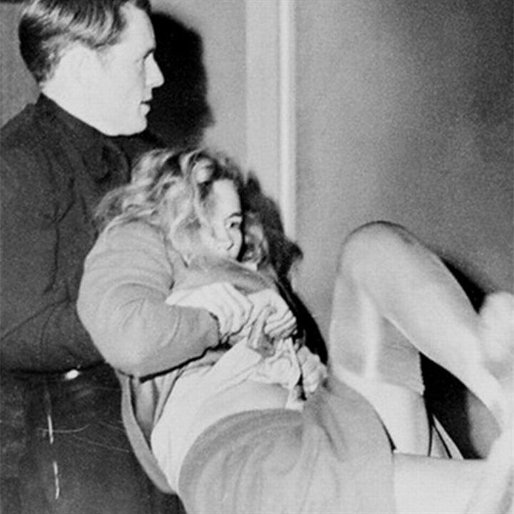 Frances Farmer maîtrisée par un policier le jour de son second passage devant un juge, en janvier 1943