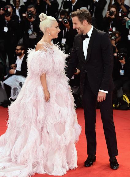 Lady Gaga et Bradley Cooper complices avant la première de A Star is Born