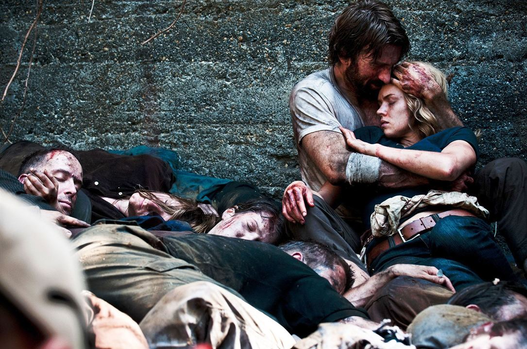 Open Grave : Photo Erin Richards, Sharlto Copley