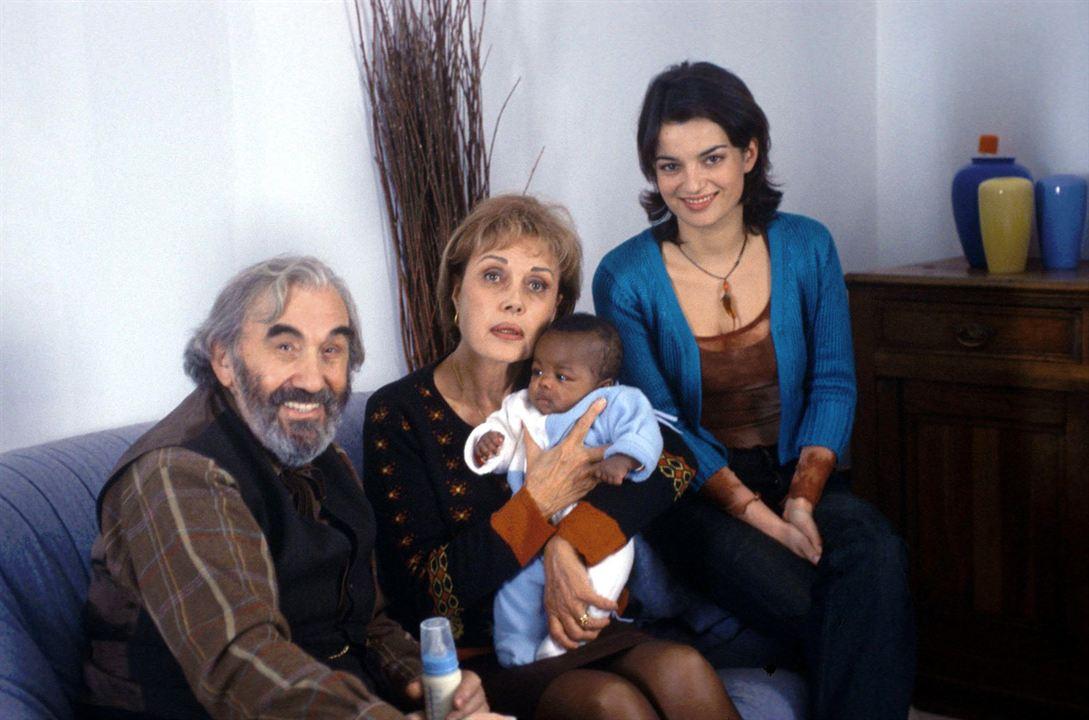 Un bébé noir dans un couffin blanc : Photo Beppe Chierici, Fanny Gilles, Pascale Roberts