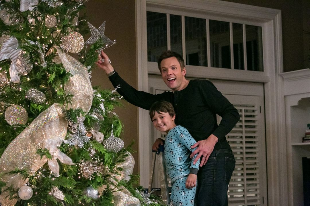 A Merry Friggin' Christmas : Photo Joel McHale, Pierce Gagnon