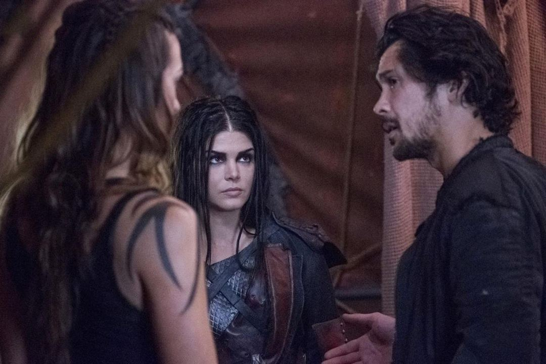 Photo Bob Morley, Marie Avgeropoulos