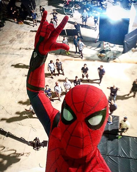 Spider Man Homecoming Le Selfie De Tom Holland Avec L Equipe Sur