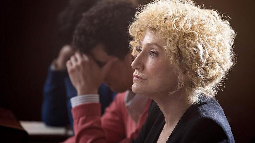 Edie Falco est Leslie Abramson, l'avocate des frères Menendez