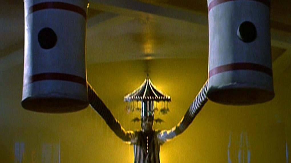 Beetlejuice et ses mains se transformant en marteaux gonflables