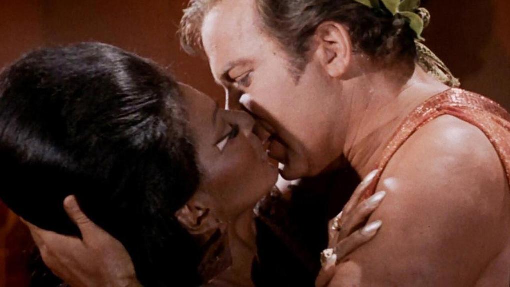 Star Trek : 20 choses à savoir sur la série et les films culte: Le 1er baiser interracial de la télévision américaine - AlloCiné