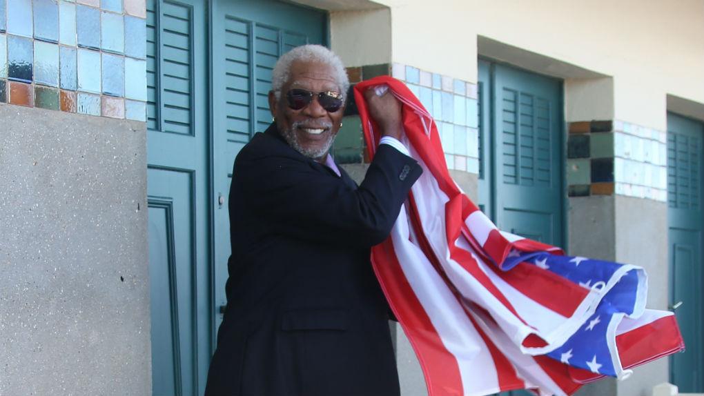 Freeman joue avec le drapeau américain