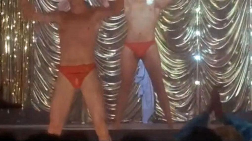 Bonus : qui sont ces strip-teasers en slip de bain ?