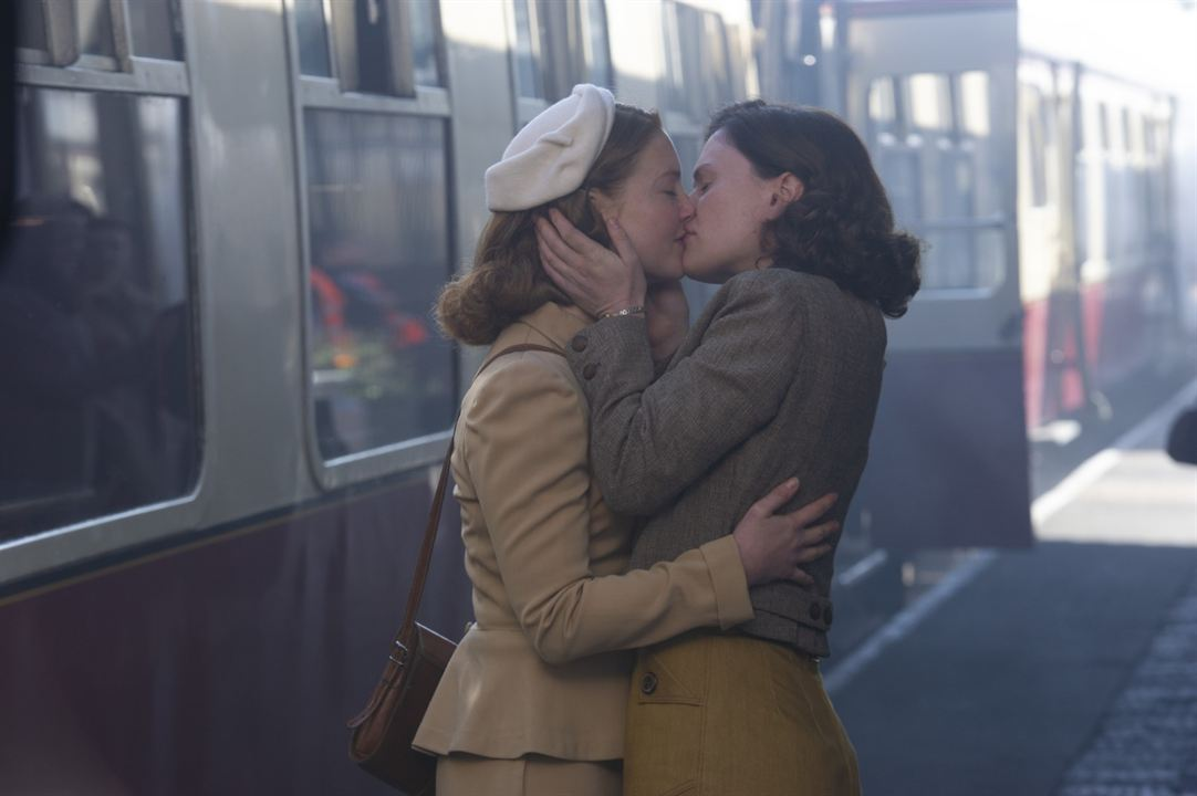 Tell It To The Bees: Holliday Grainger, Anna Paquin